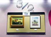 [2] 2階から3階の踊場。鍋島正一教室にかつて在籍していた方の作品を特別に2点並べました。