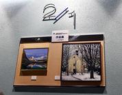 [1] 一階と二階の踊場で鍋島絵画教室、イタリアルネッサンス技法講座の生徒さん2人