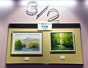 [2] 2階から3階の踊場展示。鍋島正一イタリアルネッサンス技法講座とたのしい水彩教室の生徒さん2人。